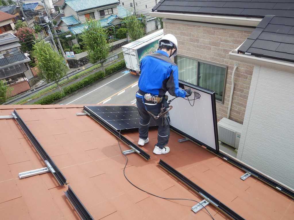 太陽光パネルを取付ける作業