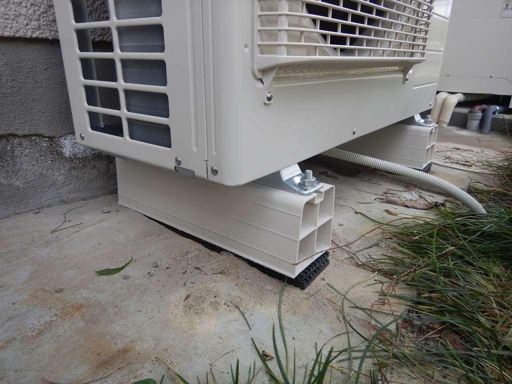 ヒートポンプの足に樹脂架台
