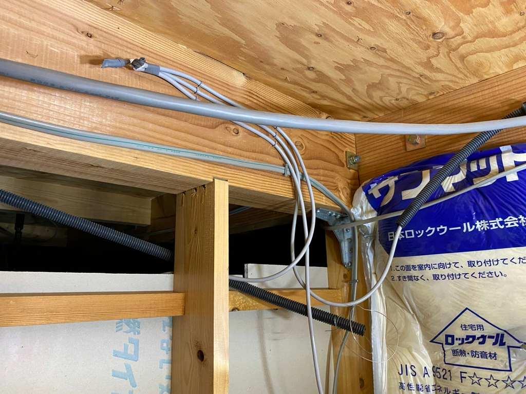 天井裏でリモコン配線を隠蔽