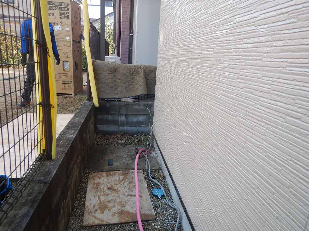 電気温水器を撤去して基礎を清掃