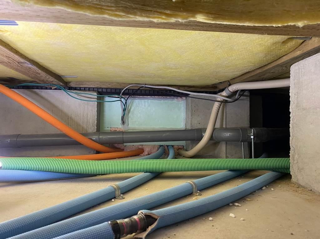 床下配線をすることで隠蔽