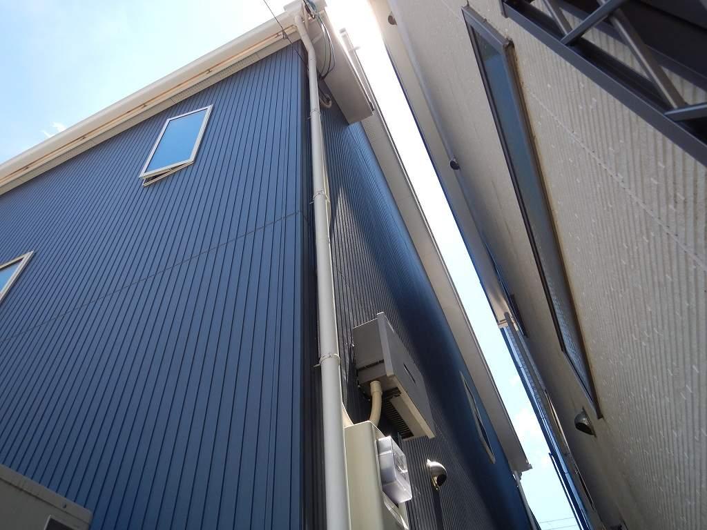 太陽光パネルからの配線は樋の裏