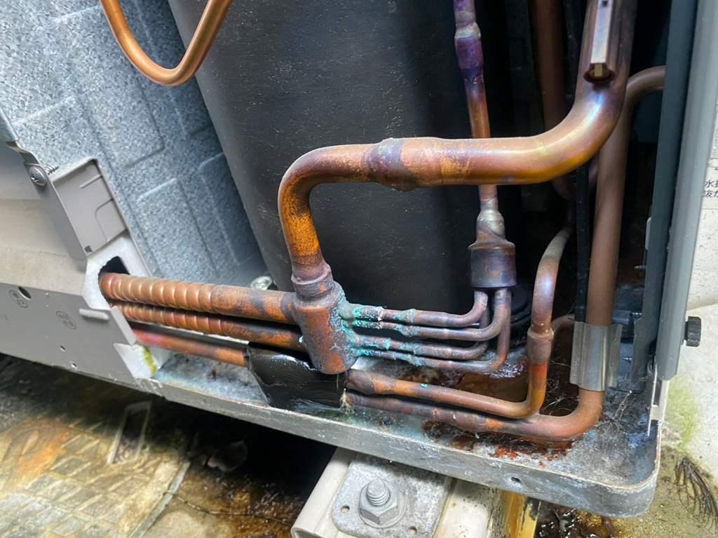 内部の銅管から水漏れ