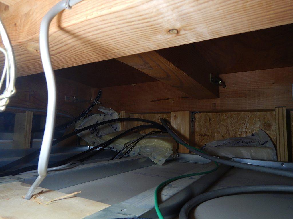 天井裏を配線して電線を隠蔽