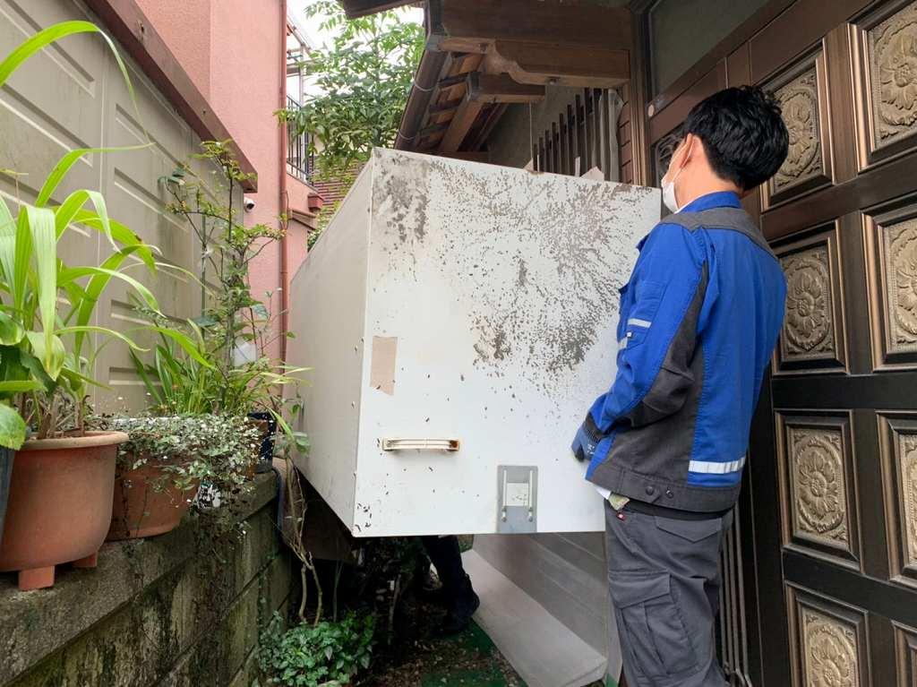 電気温水器を隣の家から運ぶ