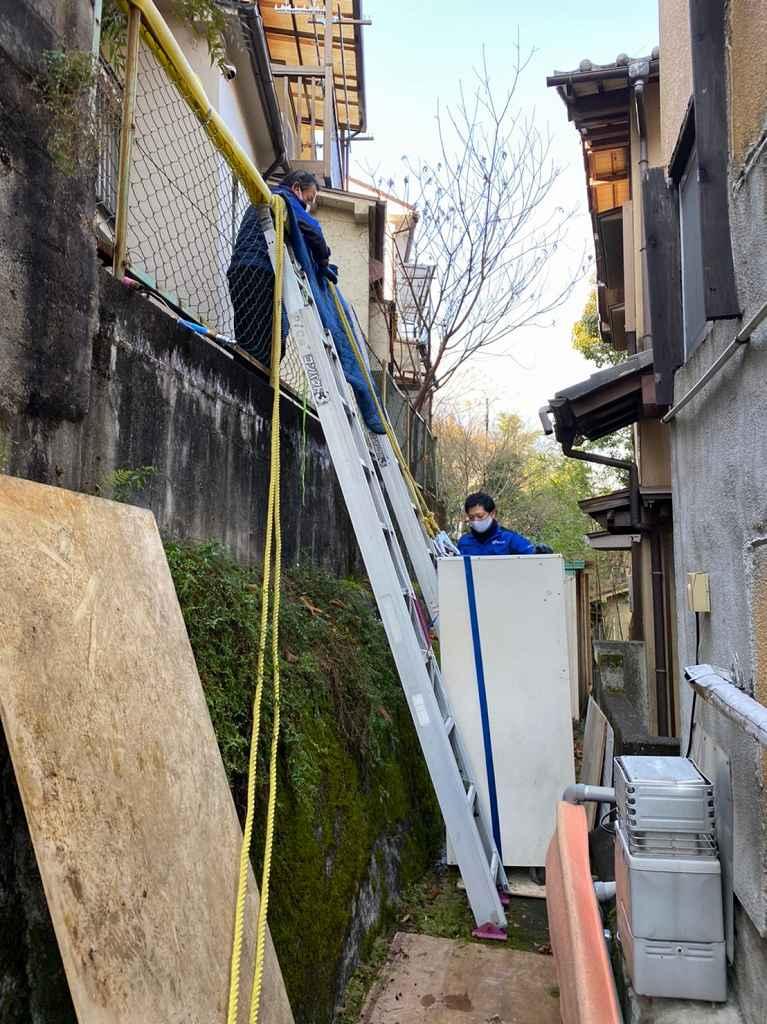 はしごで高所に運搬